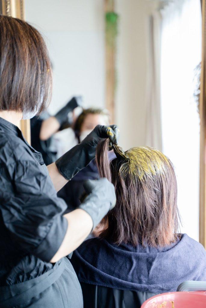 美容師のヘナの施術